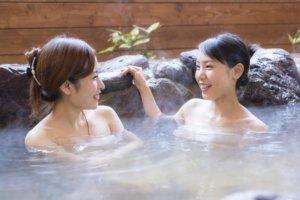 温泉に浸かる美女2人